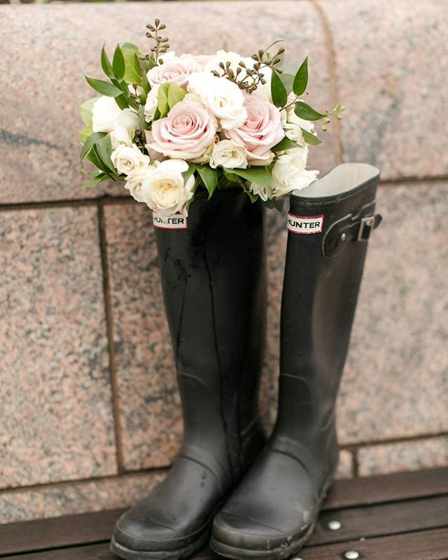 when life gives you rainy days, but roses in your #hunterboots  #springweddings #fashion #style