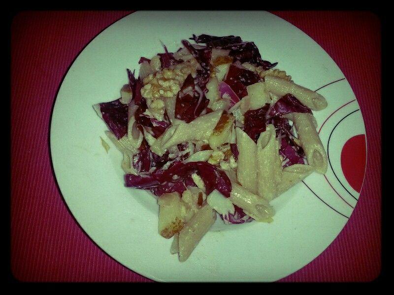 Warmer Radicchio-Nudel-Salat mit Birnen und Walnüssen