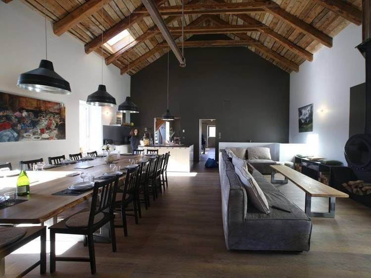 Grand salon moderne, mur gris, charpente apparente, moderne, lustre ...