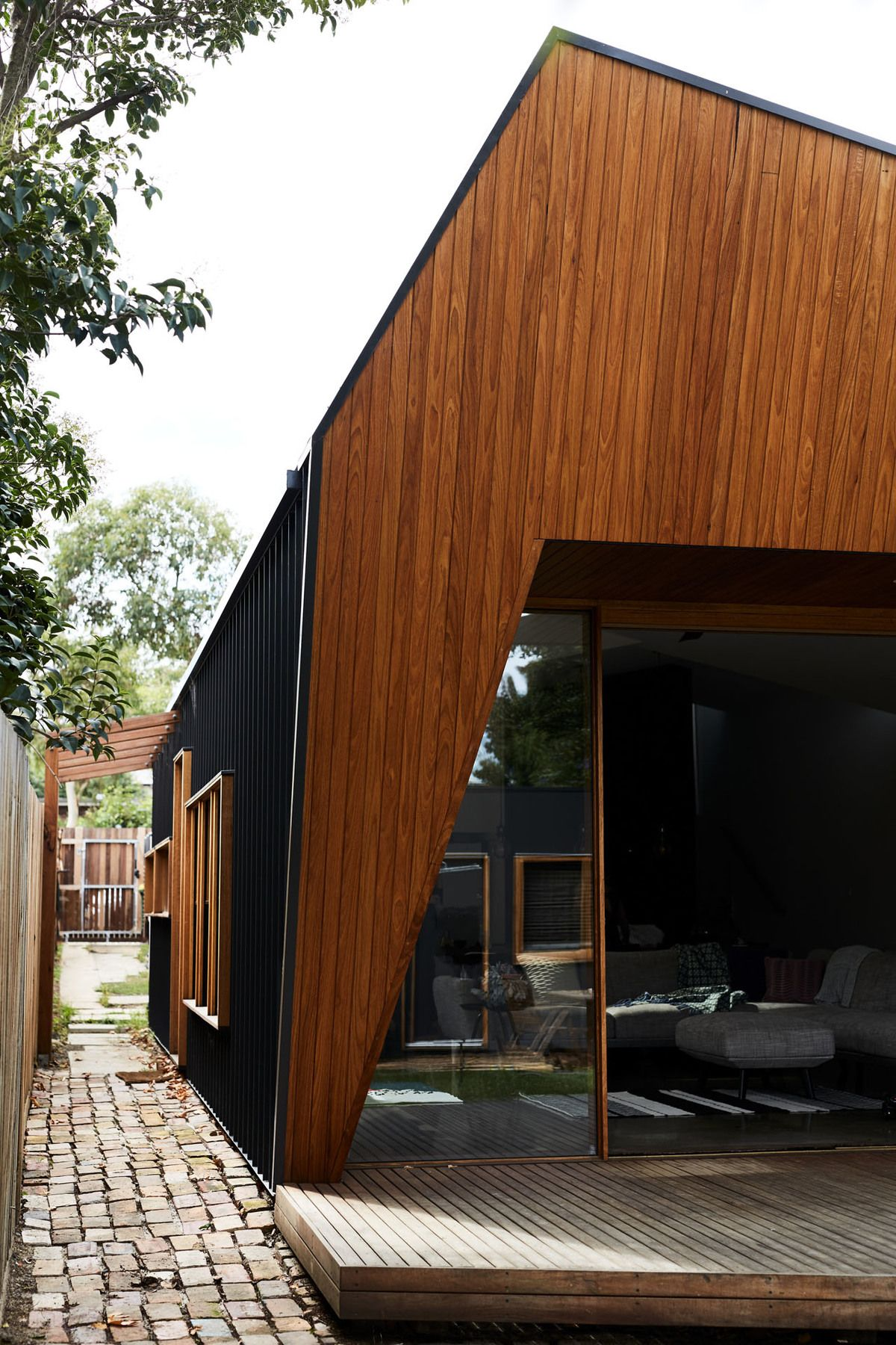 Split Roof Design: Split End House's Cranking And Splitting Roof Lets Light