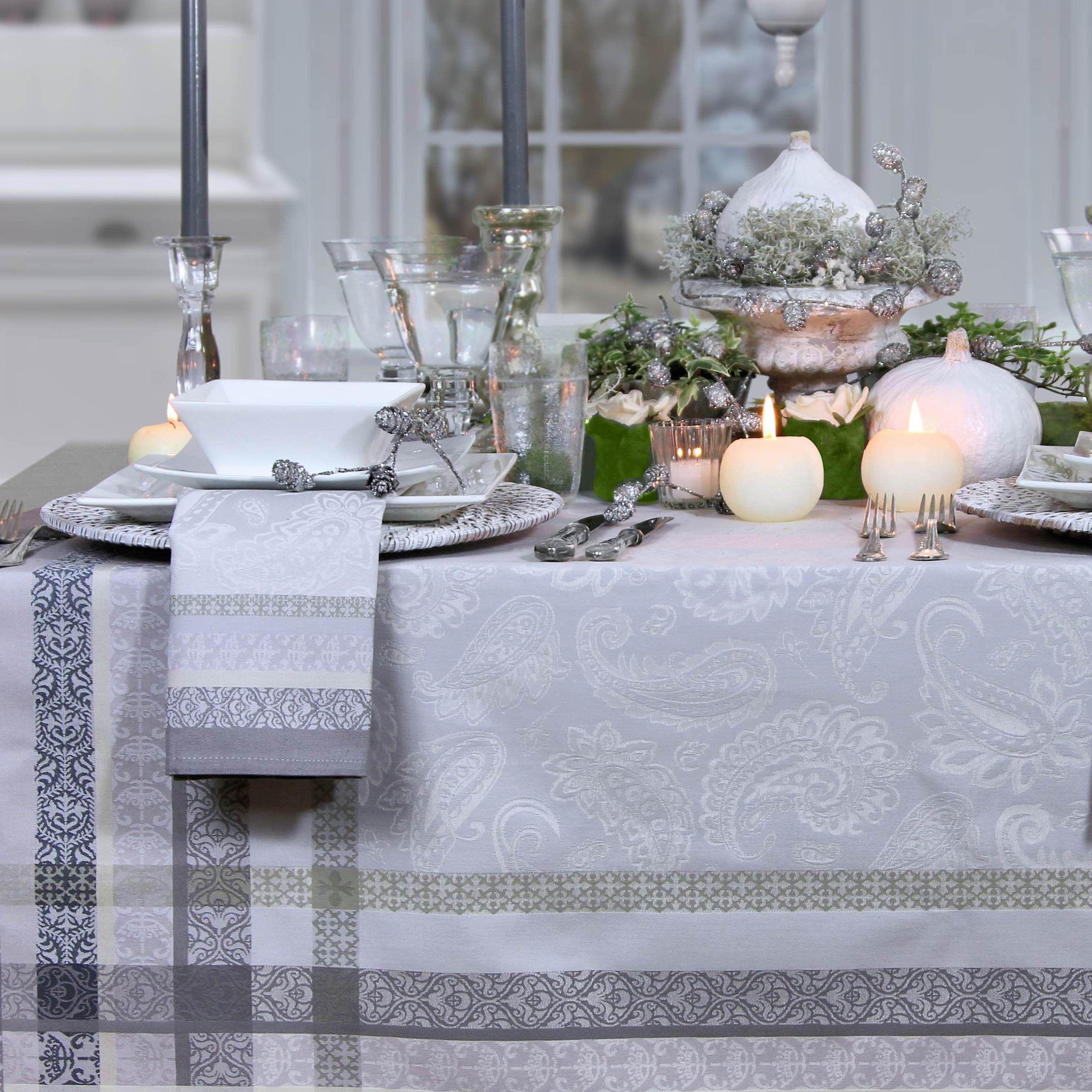 festlicher tisch in wei und silber jacquard tischdecke von sander gedeckter tisch tisch. Black Bedroom Furniture Sets. Home Design Ideas