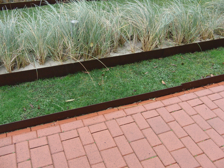 Ordnung Im Garten Kann Man Auch Mit Blechen Erreichen Hier Als Randsteine Fur Beete Rasen Und Wege Eingesetzt Geben Sie Dem Ganzen Ei Garten Bordstein Rasen