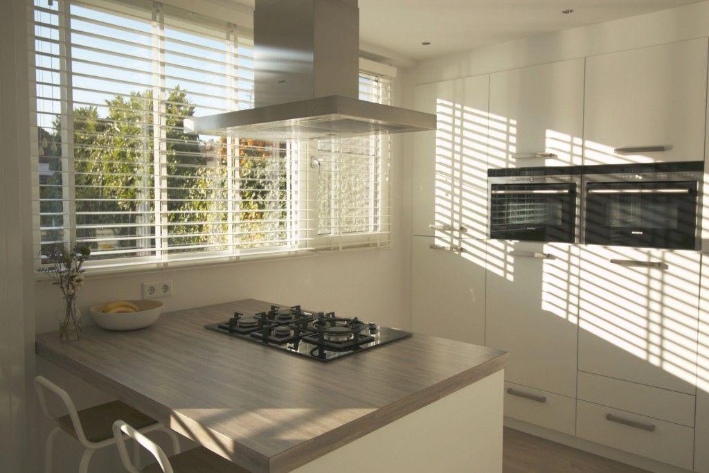 Keuken houten jaloezieen wit met mooie lichtinval ☆ keuken