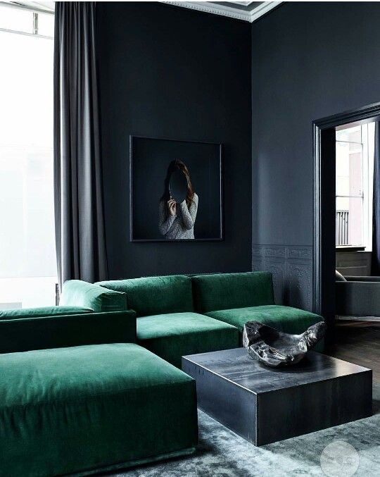 Sehr edel smaragdgrüne Polster, schwarze Wände wohnen - wohnzimmer wände streichen