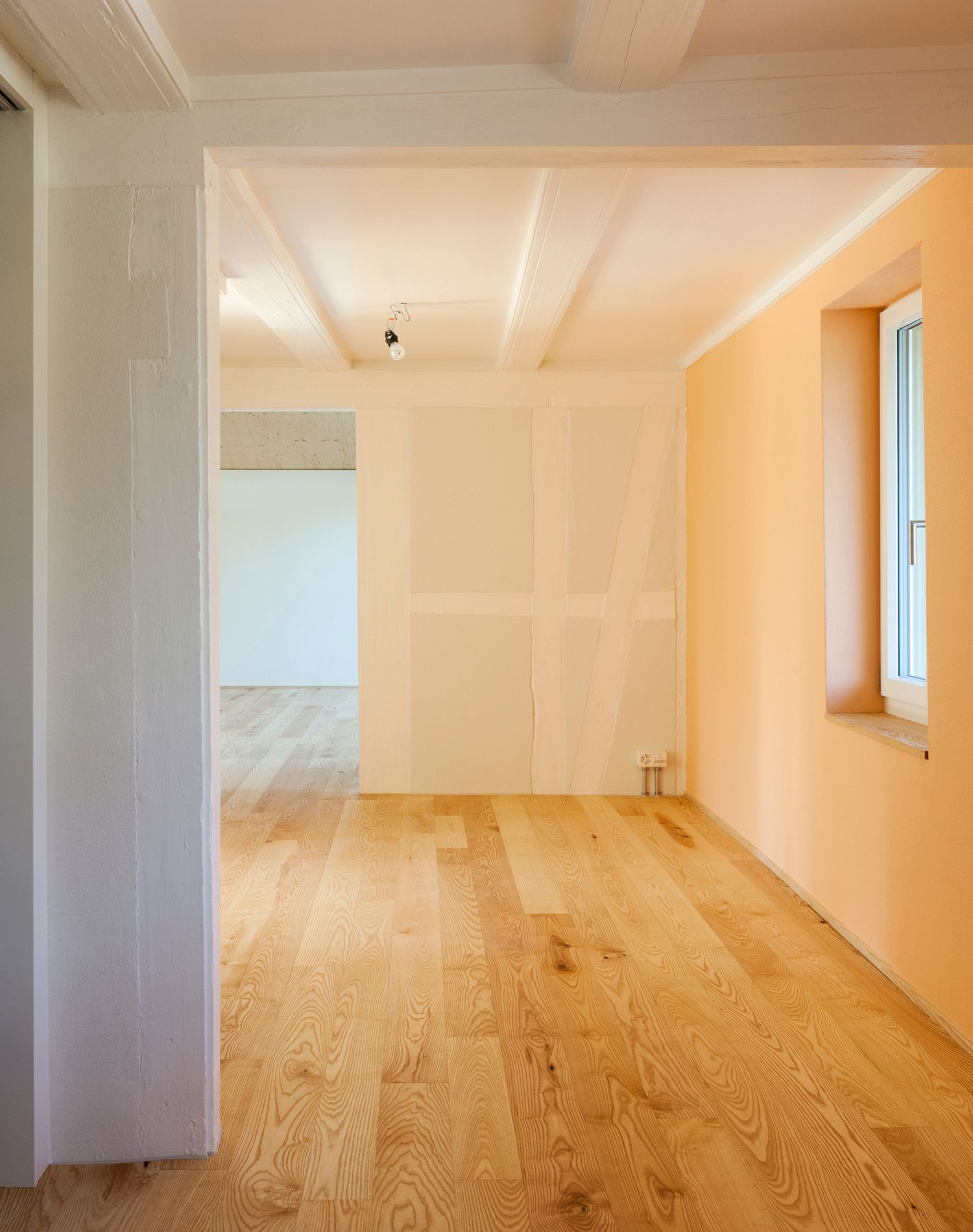 Jeder Massivholzboden Hat Seinen Ganz Eigenen Charakter Und Ist Auch Fur Den Umbau Oder Sanierungen Geeignet Schaerholzbau Verarb Holz Bodenheizung Esche Holz