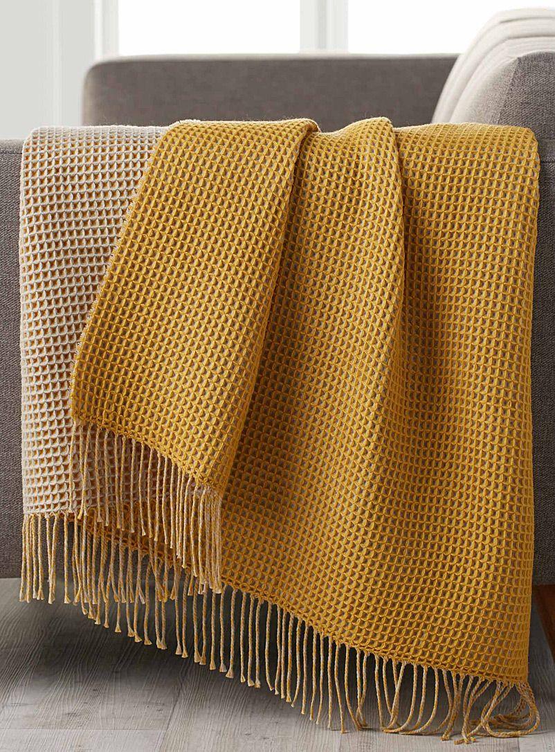 Couleur Jaune Moutarde Le Jaune Moutarde Ou Cherish Gold De Dulux Valentine Est Aussi De Retour Dans Nos Yellow Blankets Yellow Throw Blanket Yellow Decor