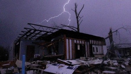 Residents trapped underneath rubble as tornado hits Alabama - http://conservativeread.com/residents-trapped-underneath-rubble-as-tornado-hits-alabama/