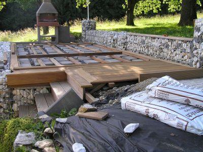 Holzterrasse mit steinkoerbe k65 garten terrasse und - Pool terrasse selber bauen ...