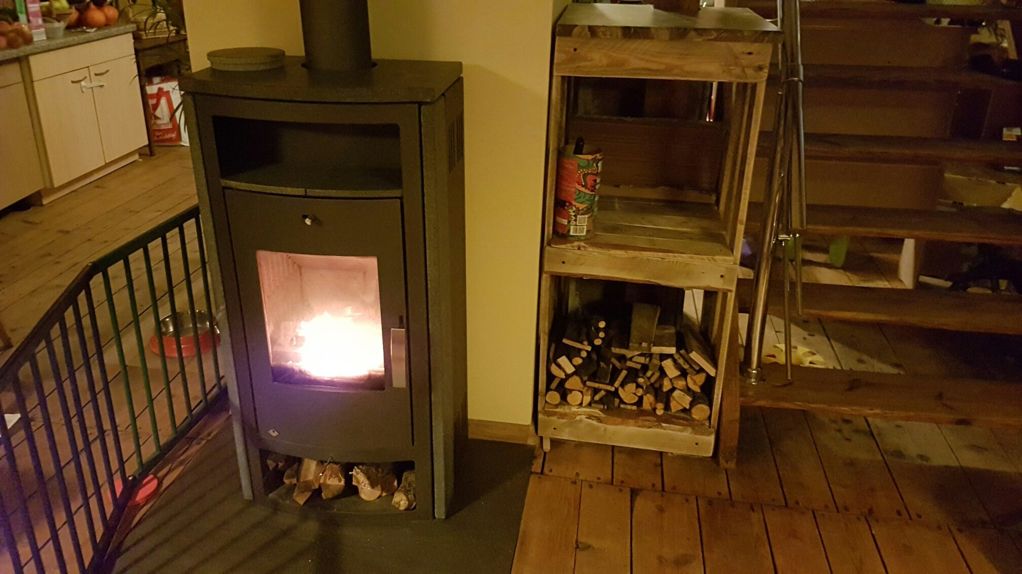 Mein erstes DIY Projekt, ein Feuerholzregal aus einer großen ...