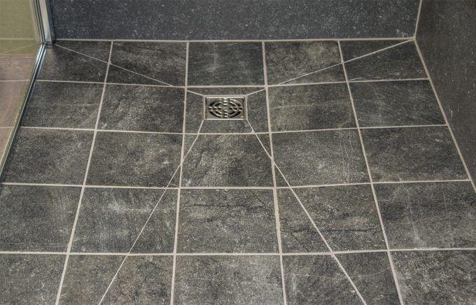 Klassieke badkamer met ligbad en inloopdouche inloopdouche pinterest meer idee n over - Moderne betegelde vloer ...