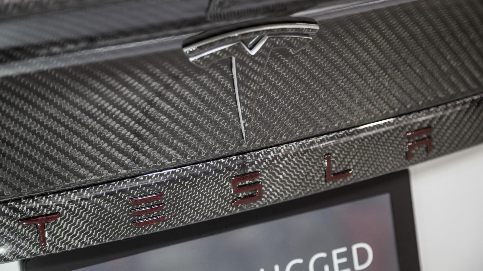 Deze Tesla Model S heeft een widebodykit van 30.000 dollar ...