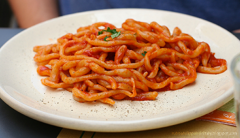 Pici all'aglione, literally with tomato and lots of garlic !