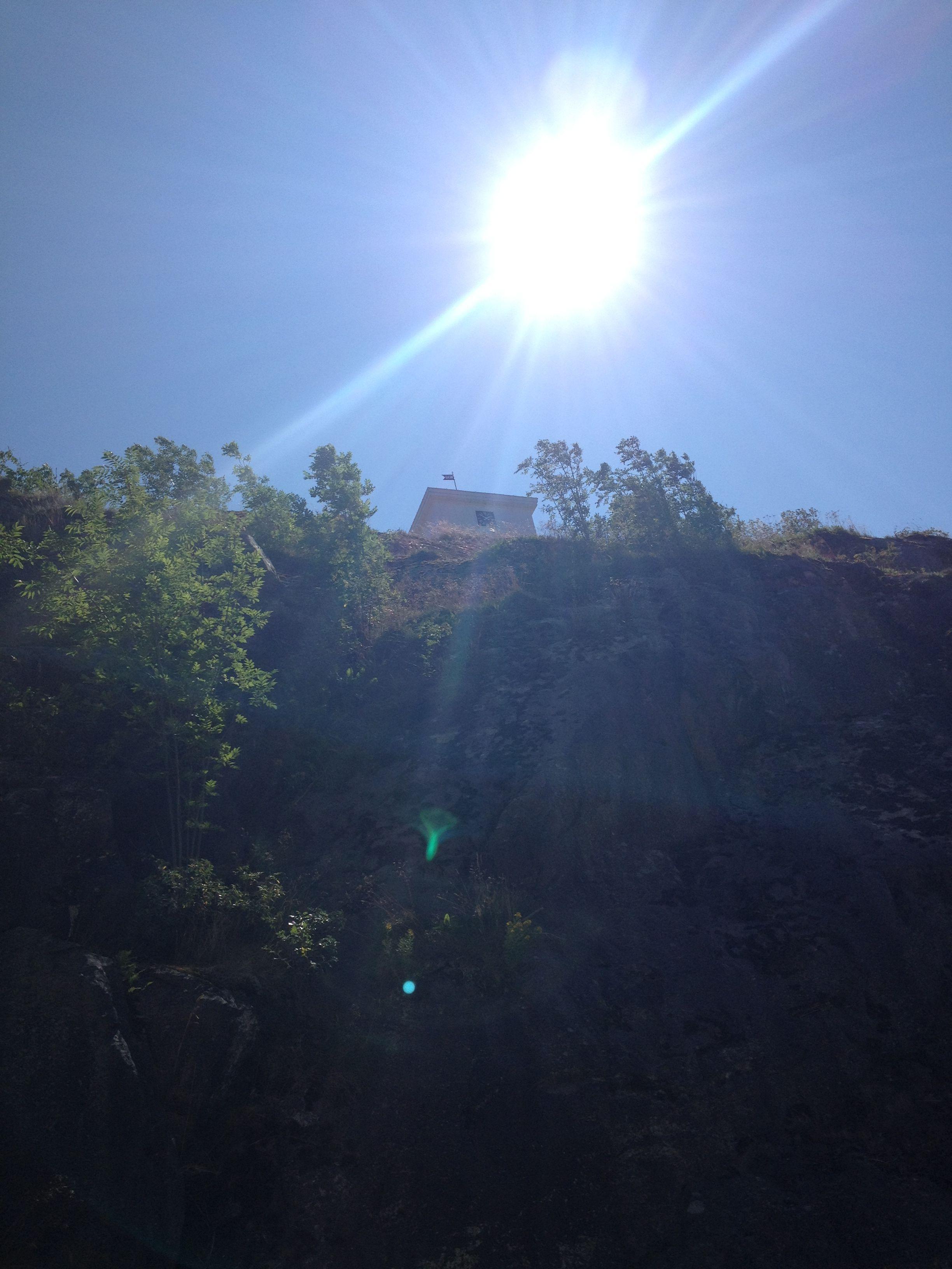 Klokketårnet på Fredriksten i sol