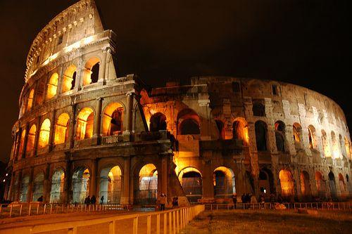 Carácter Arquitectónico  Es la adecuación de su programa arquitectónico con el destino con el que se construyó. En la imagen observamos el Coliseo Romano, que representa el carácter existencial en cuanto al valor del objeto a través del tiempo.