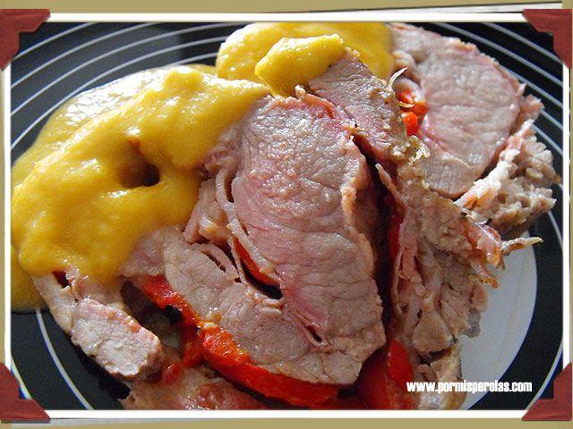 Rollo de carne de cerdo con salsa de melocotón