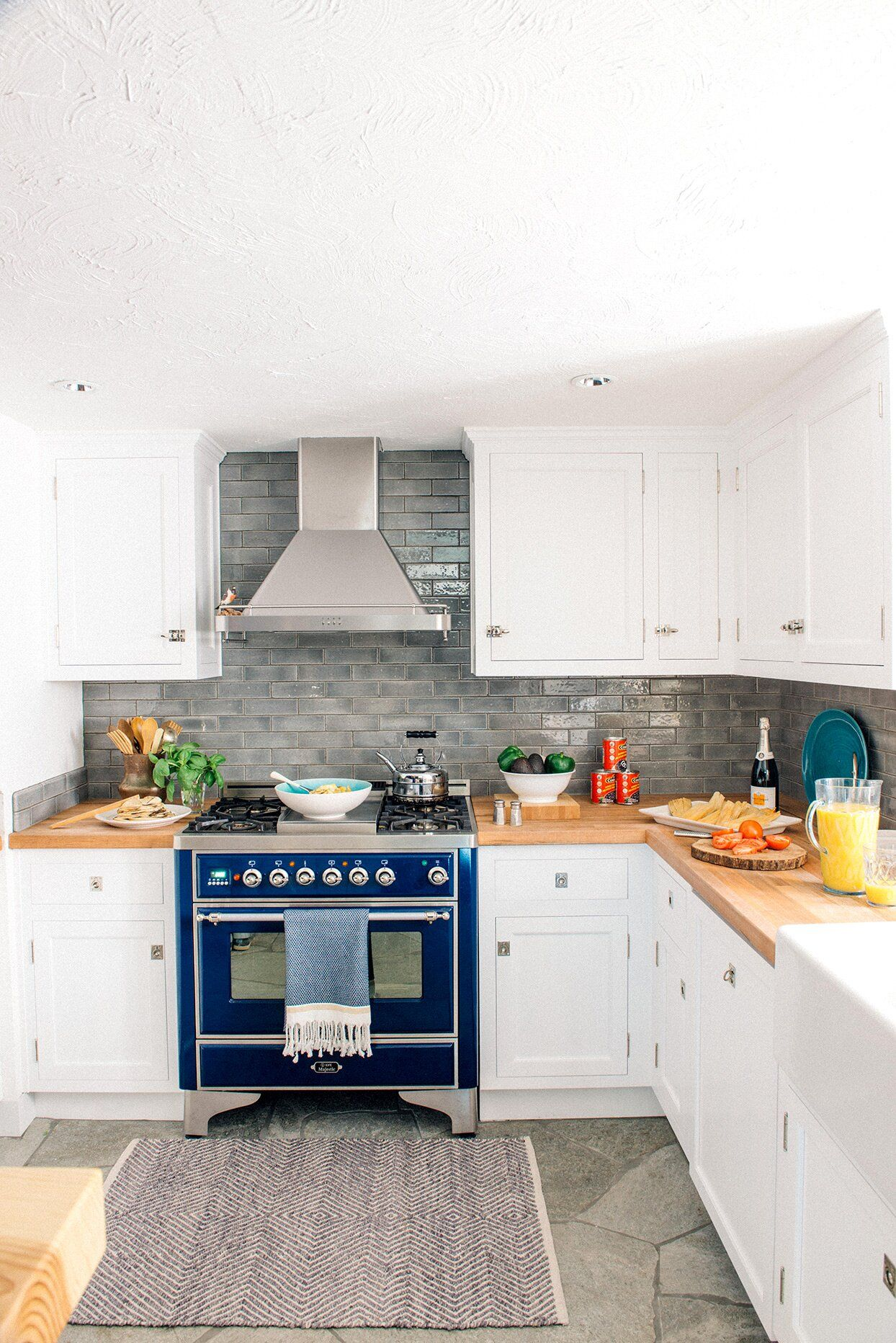 The Easiest Way To Clean Kitchen Cabinets Including Those Tough Grease Stains In 2020 Kitchen Design Small Clean Kitchen Cabinets Blue Kitchen Designs