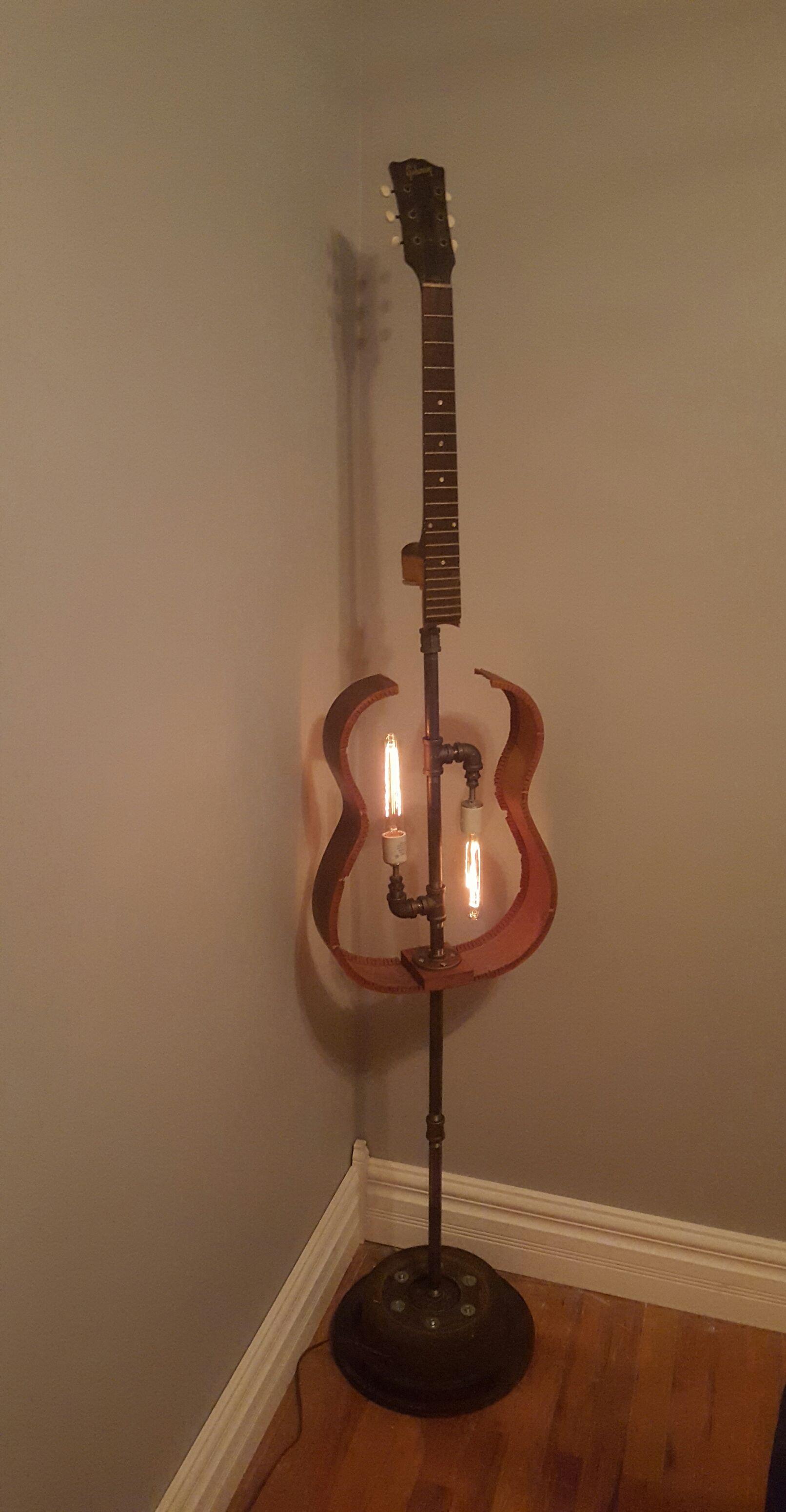 Guitar Floor Lamp Guitar Repurposeditems Customlighting Avec Images Decoration Musique Deco Lumineuse Idee Deco Vintage
