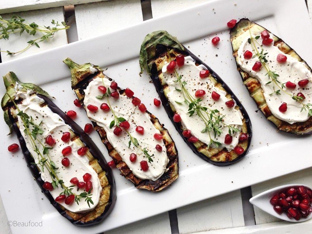 Deze gegrilde aubergines met zure room en granaatappelpitten zijn perfect als gezond en snel bijgerecht maar ook als gezond hapje!