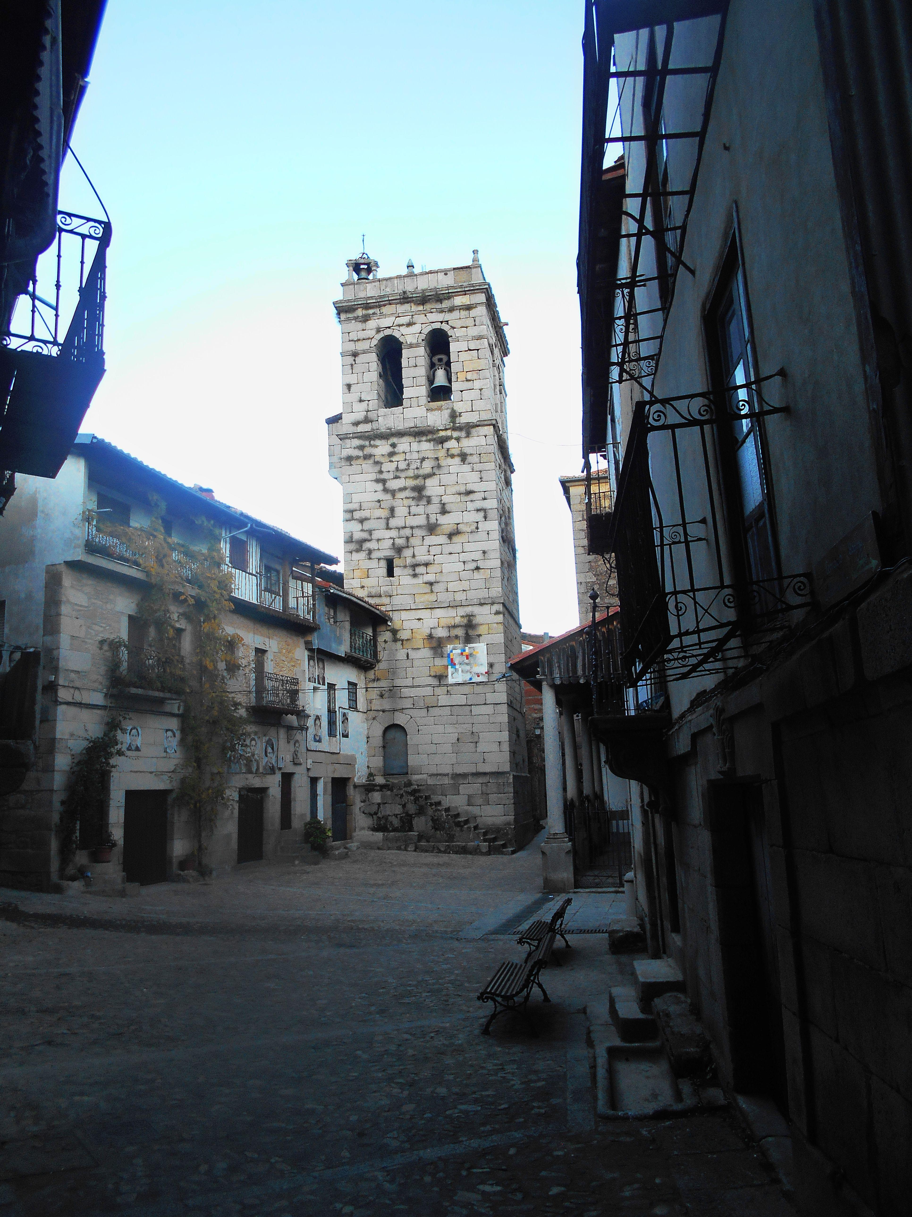 Torre , a la izquierda y pórtico , a la derecha , d e la Iglesia de Nuestra Señora de las Nieves. Que patente el uso mixto militar y religioso de la primera.