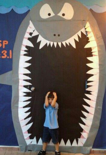 Puerta con tibur n puertas decoradas y decoraci n del for Decoracion puerta aula infantil