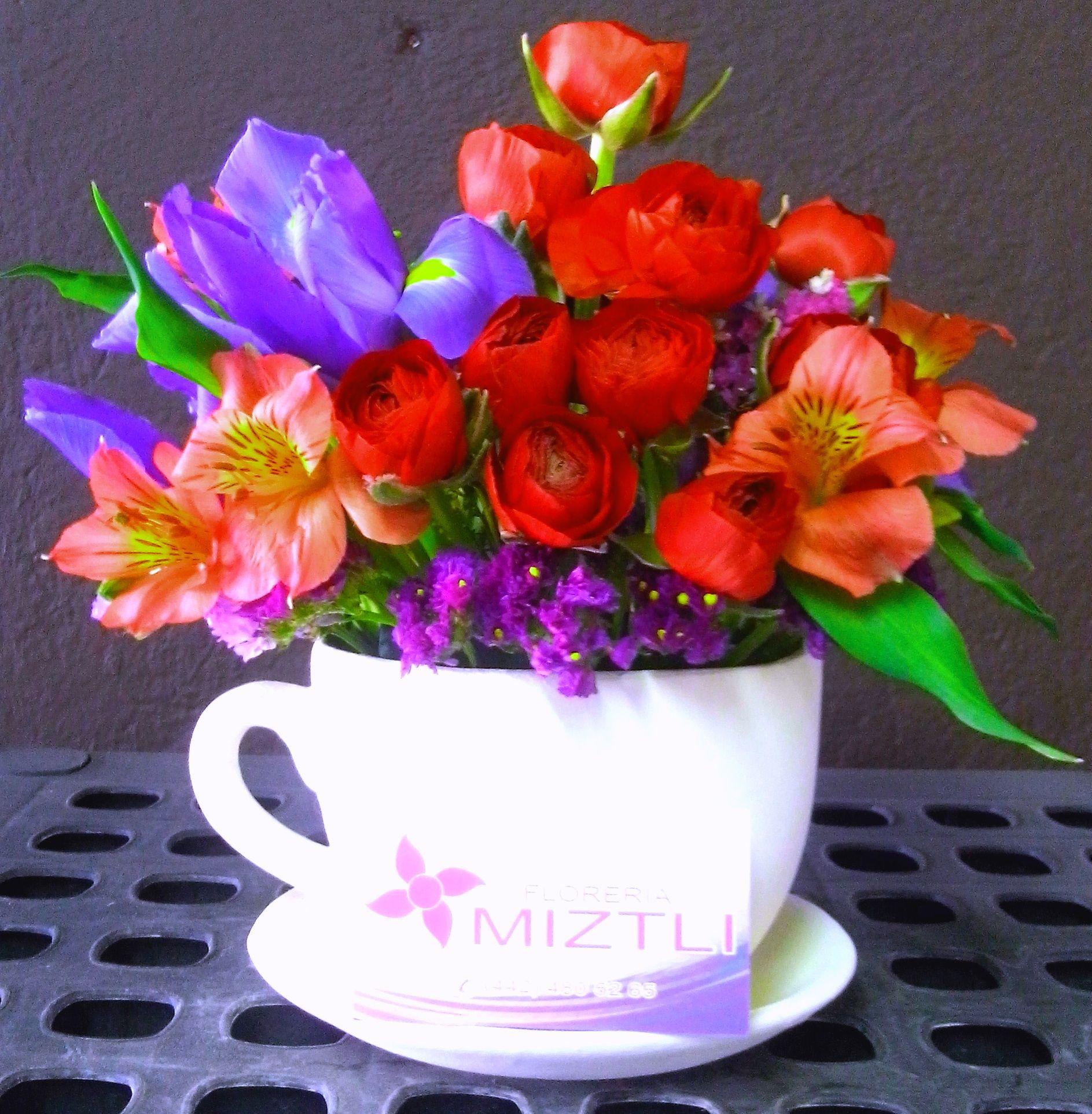 Buenos das empezando la maana con una rica taza de iris iris rannculos astromelias y rosas ah tambin de caf izmirmasajfo