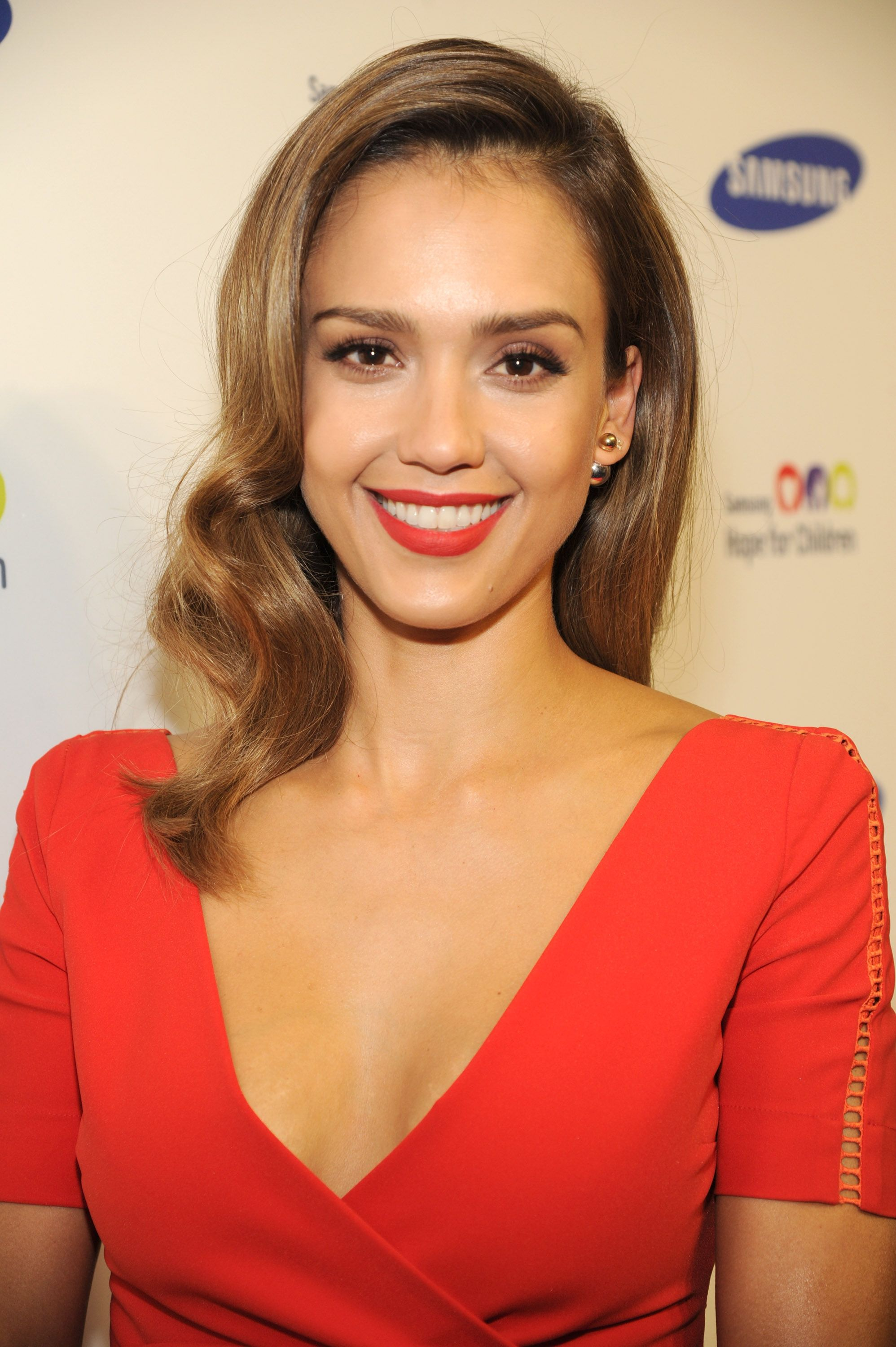 Recreate Jessica Alba's simple elegant eye makeup look