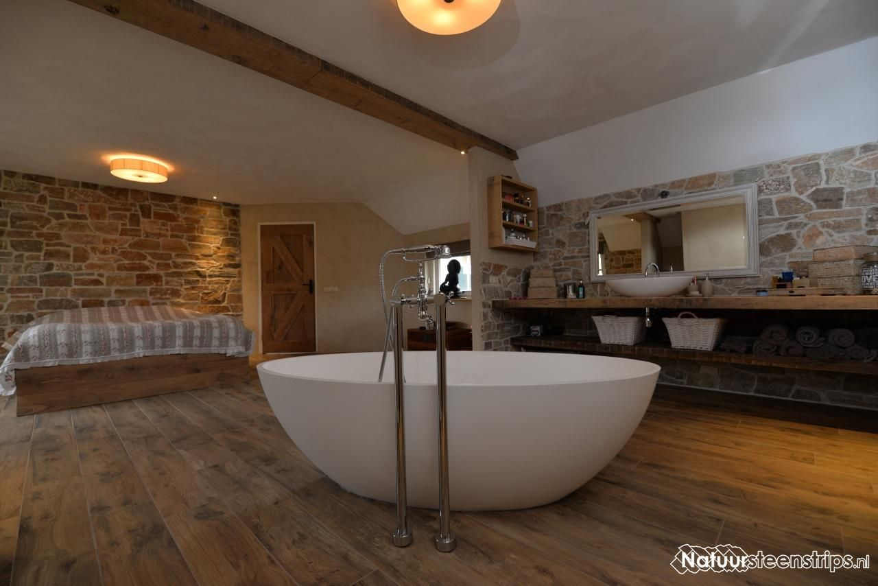 Luxe slaapkamer en badkamer voorzien van natuurstenen muren met ...
