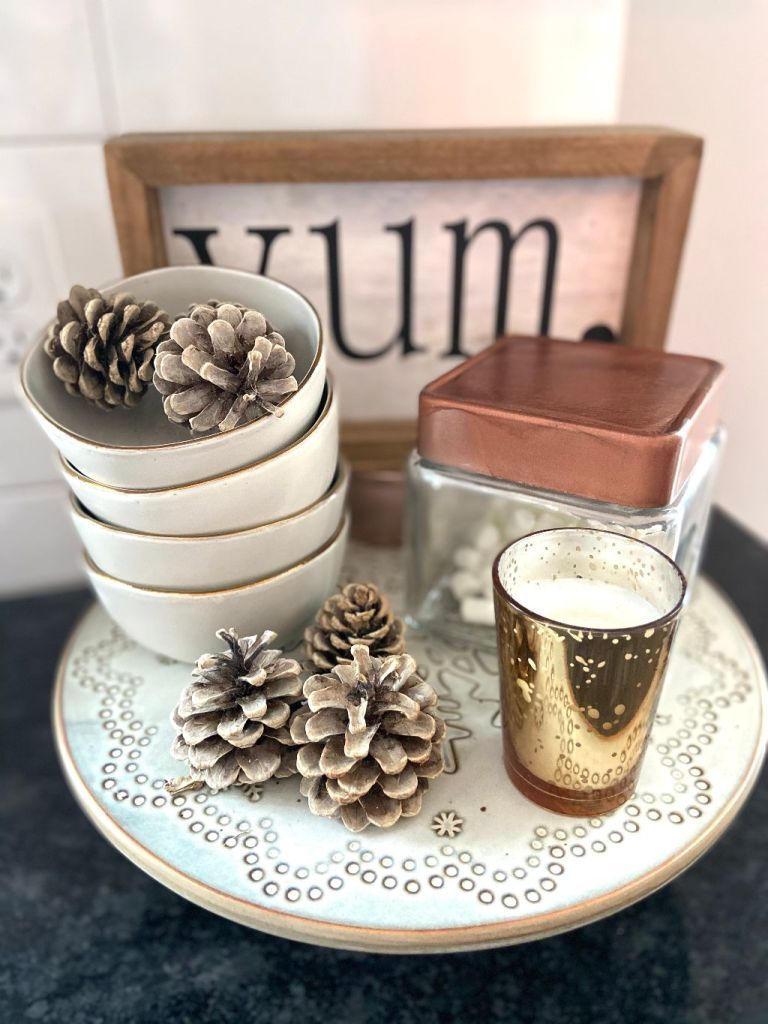 Easy winter décor styling that you can do in minutes. #winterdecor #decorstyling #simplestyle #simplehomedecor #homedecor