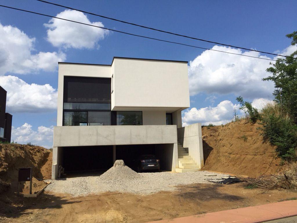 Nieuwbouwwoning in zwarte gevelsteen en bepleistering ...