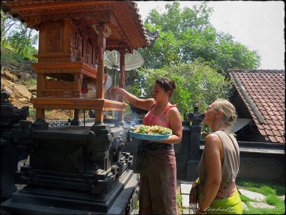 BALI Offrandes aux Dieux... Site - http://indonesie.eklablog.com Page Facebook - https://www.facebook.com/pages/Indon%C3%A9sie-par-Isabelle-Escapade/269389553212236?ref=hl