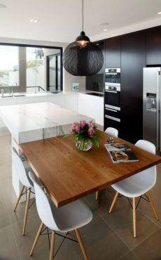 Zamiast Dluzszej Wyspy Kuchennej Projektanci Zdecydowali Sie Na Dostawienie Do Niej Stolu Dla 4 O Modern Kitchen Kitchen Design Contemporary Kitchen Cabinets
