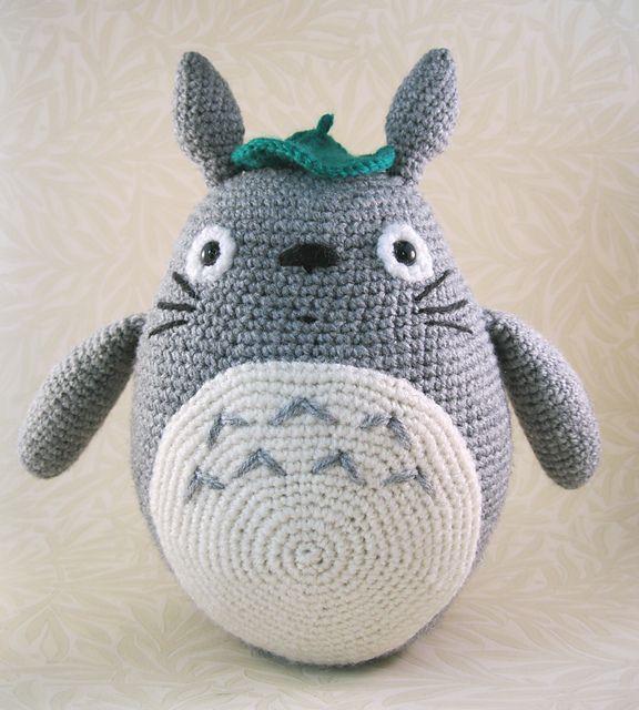 Precioso y completo patrón de amigurumi Totoro en color gris ...
