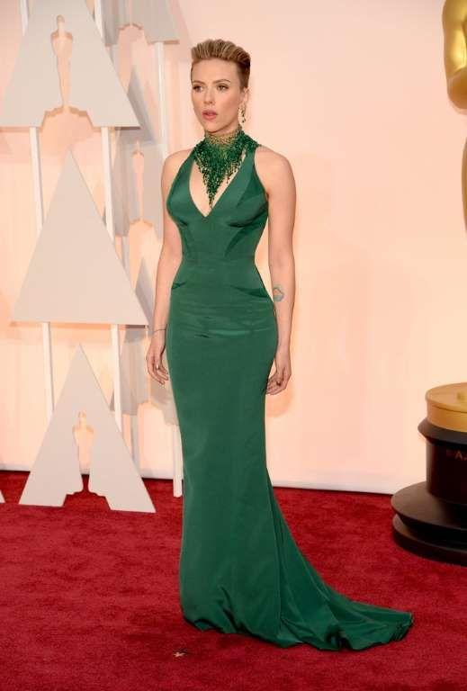 Scarlett Johansson dio color a la alfombra roja con su ajustado vestido  verde de Versace. fd7e4674141