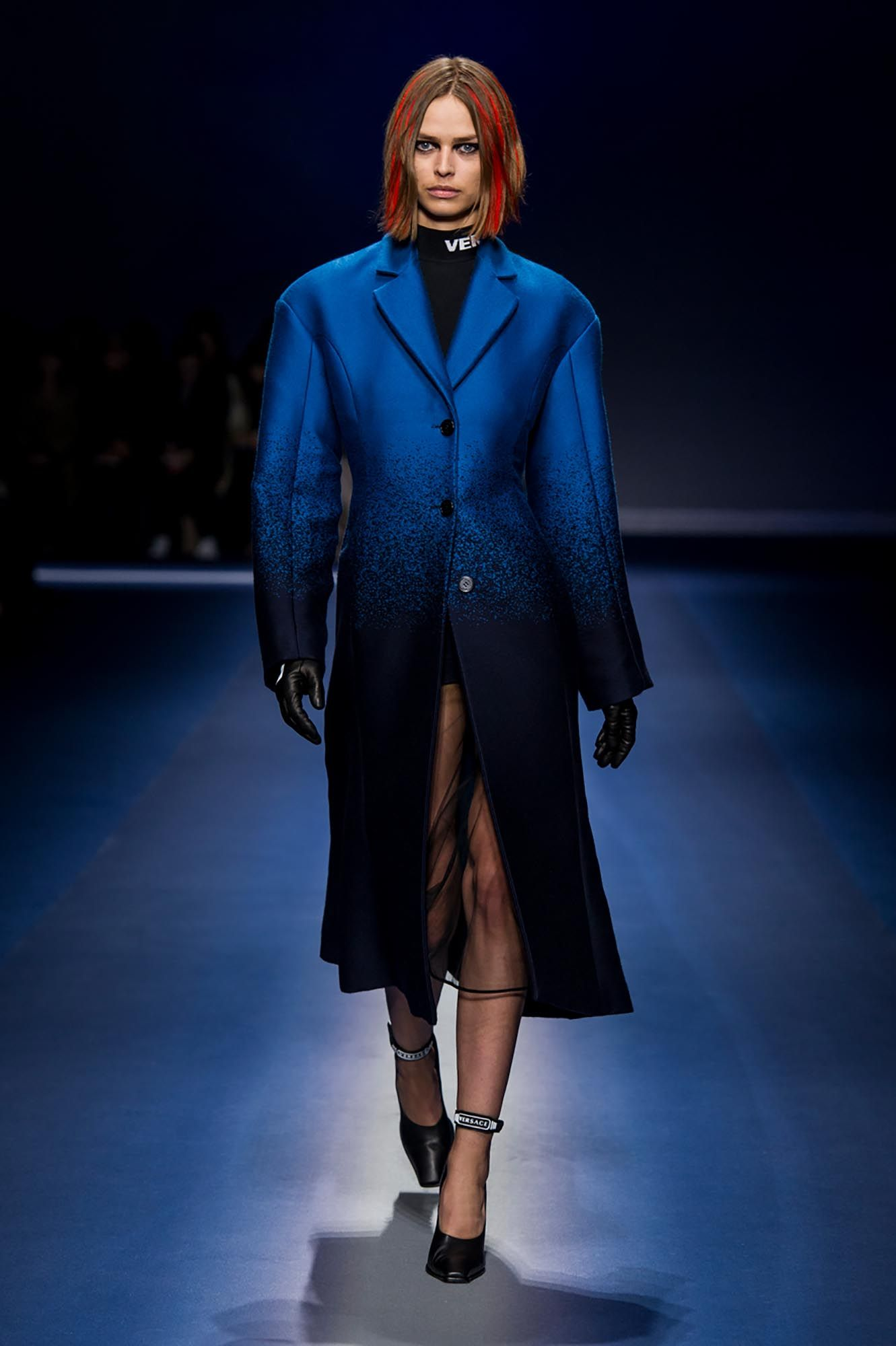 49bd994585 Discover the Women's Fall Winter Collection Fashion Show by Versace ...
