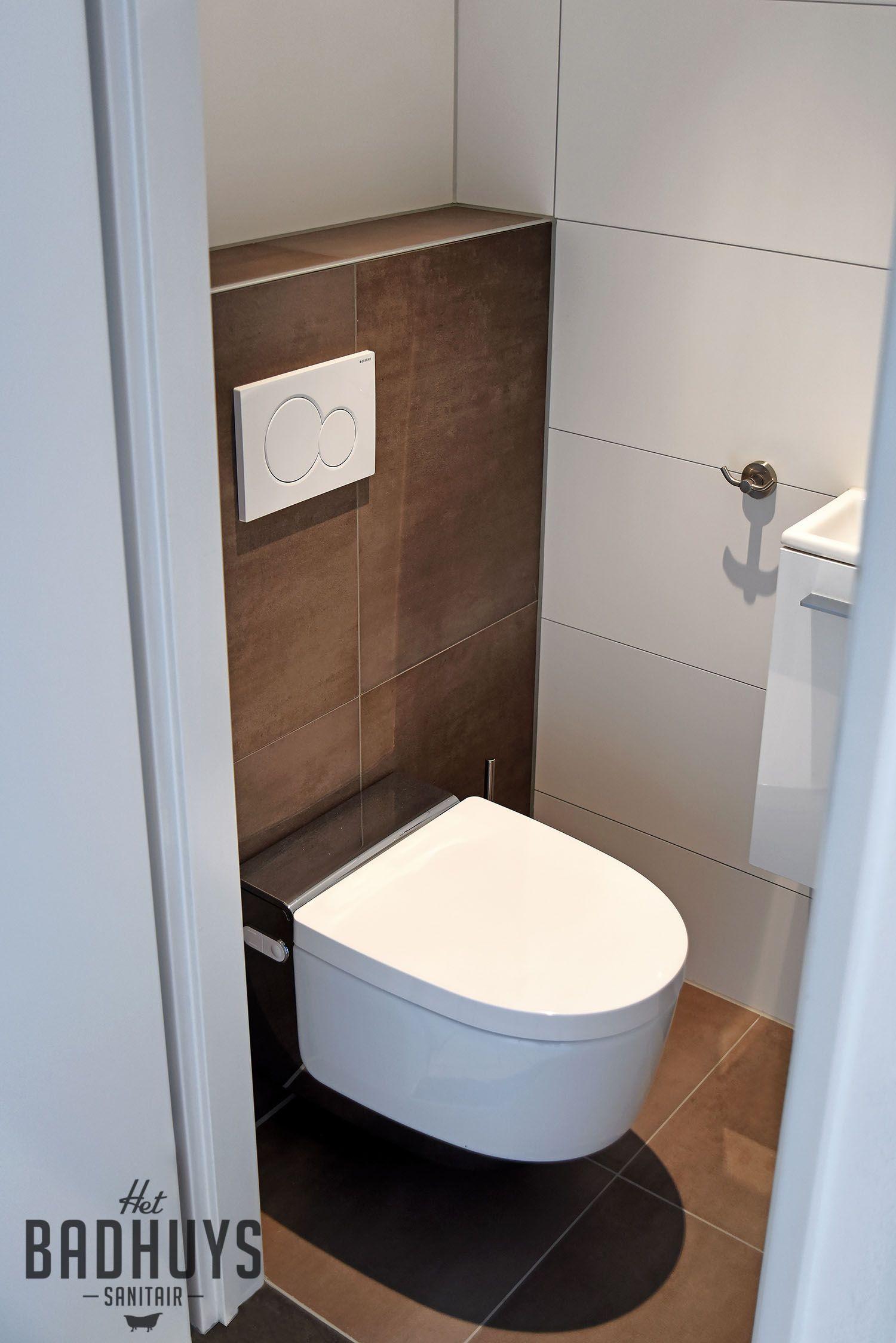 kleine badkamer met urinoir en sunshower het badhuys wc