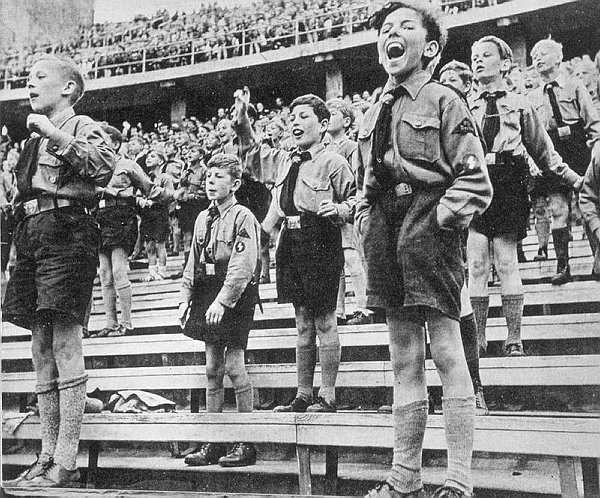 Adolescentes divirtiéndose durante la Segunda Guerra Mundial. Una muestra más que como la mayoría del pueblo alemán cerró sus ojos ante las brutalidades que se estaban cometiendo.