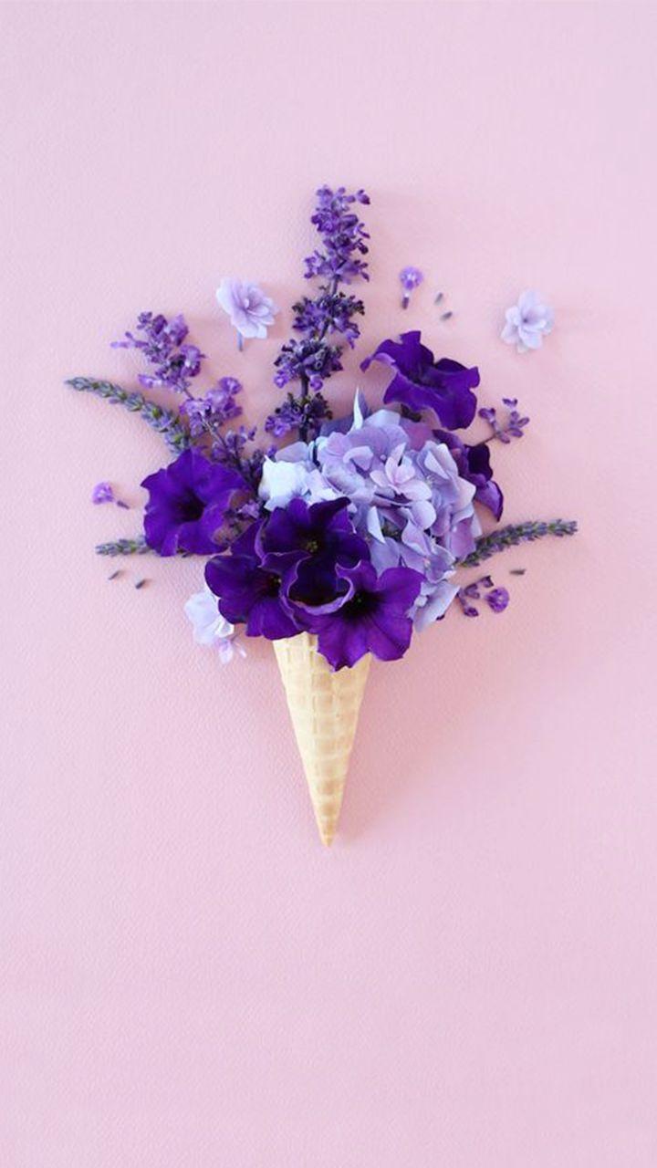 Lila blumen und bl tenbl tter in der eiswaffel der neue for Neue deko trends
