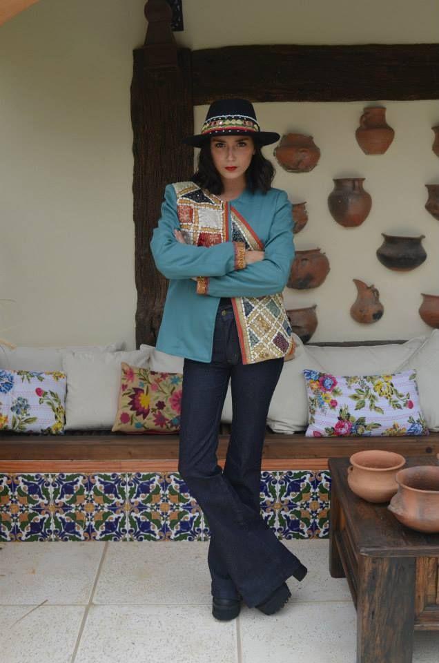 -Saco de gabardina con tela de India. - Jean oxford con recorte tela de India. -Sombrero de fieltro con detalles India.