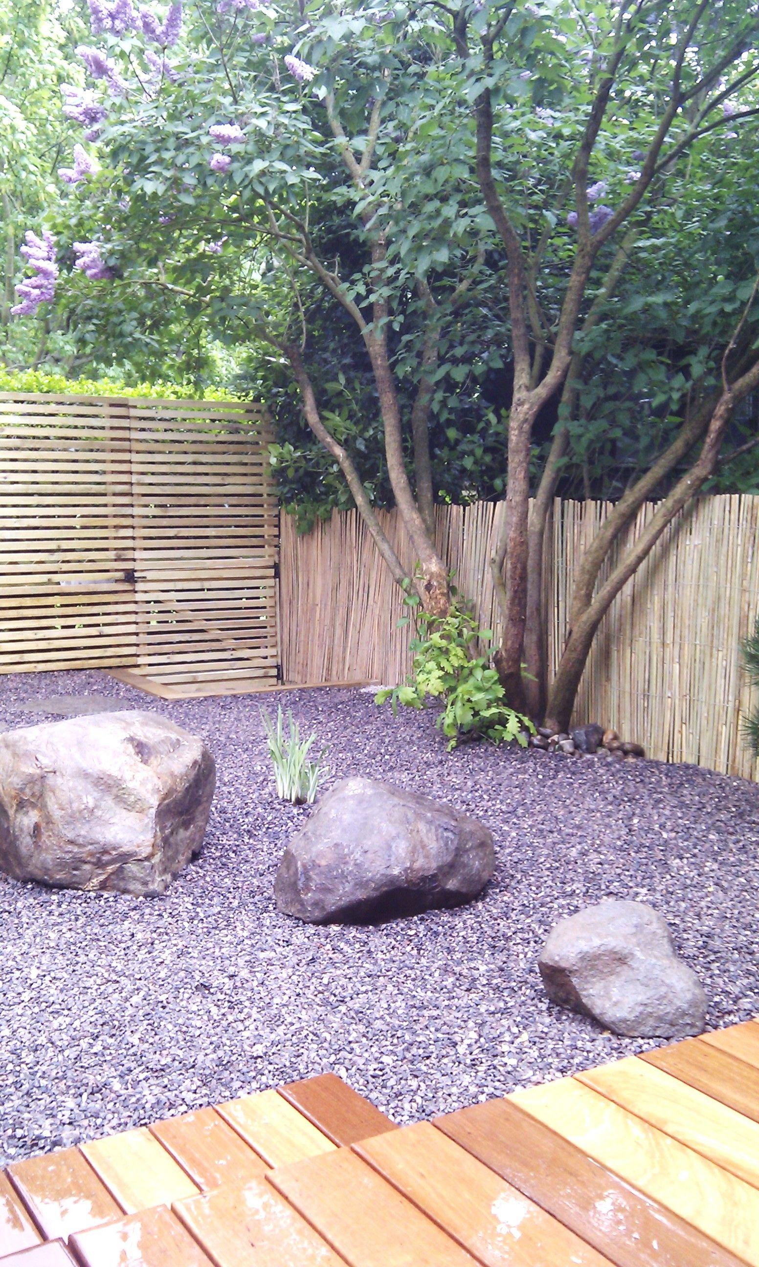 Terrasses en bois dur gravillons calcaires minimalistes écran d ...