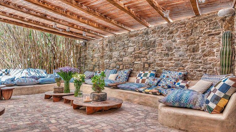 terrasse contemporaine, plafond bois, canapé en U en pierre, sol en