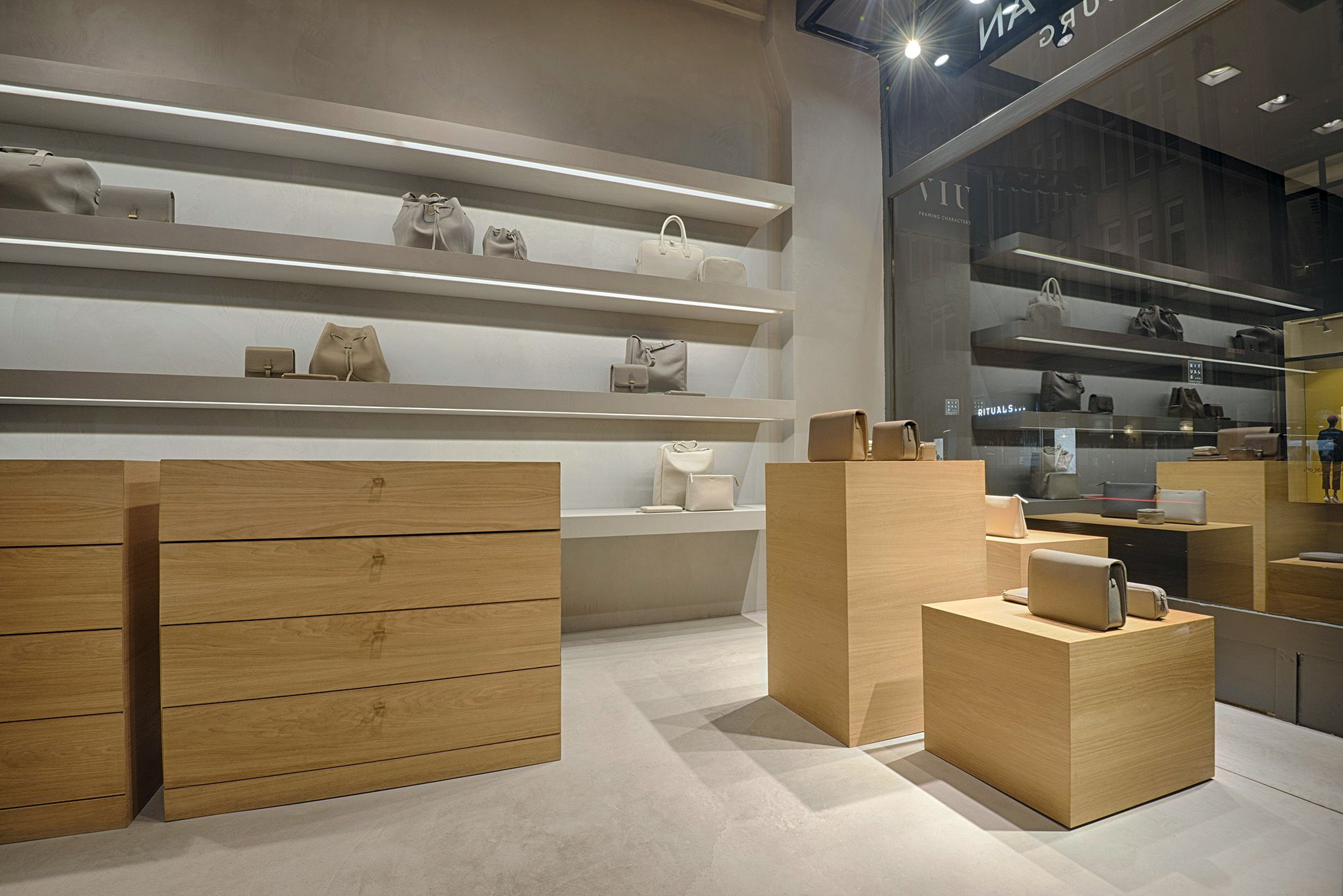 In Zusammenarbeit Mit Unzeitig Industrial Design Haben Wir Fur Chichifan Hamburg Ein Corporate Interieur Design Innenarchitektur Schaufensterdekoration Design
