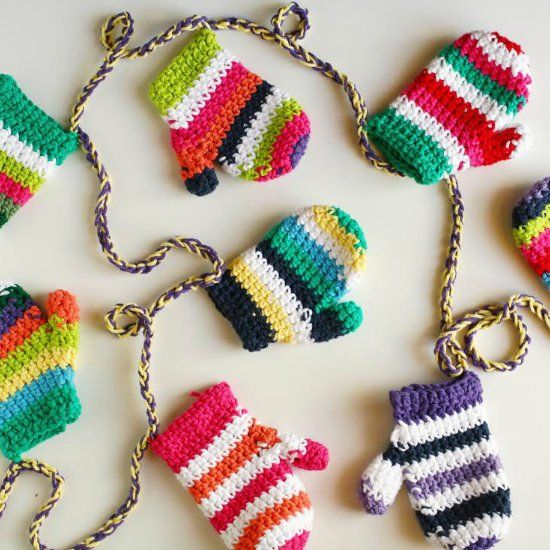Add some cozy to your holiday decor with this crochet mitten garland ...