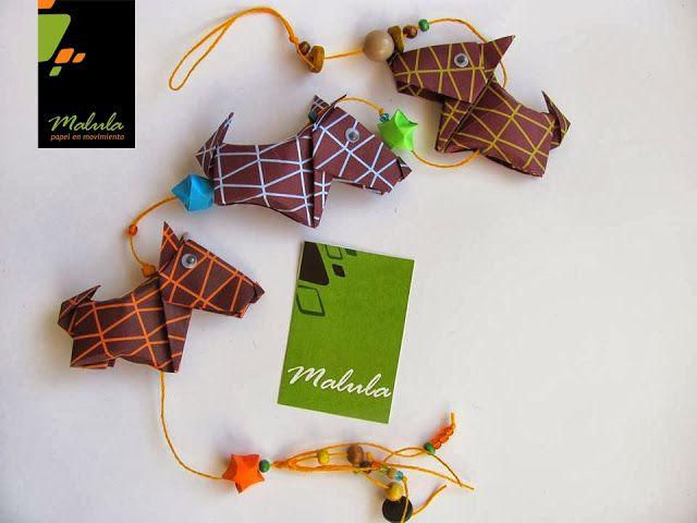 Perros, Peces, Gatos y Elefantes son los más elegidos del Reino de animales símpaticos de Malula.  Descripción: Línea de 3 figuras en origami, con papeles variados de 15 x15 cm, decorados  con canutillos y estrellas origami. Línea de 80 cm de largo.