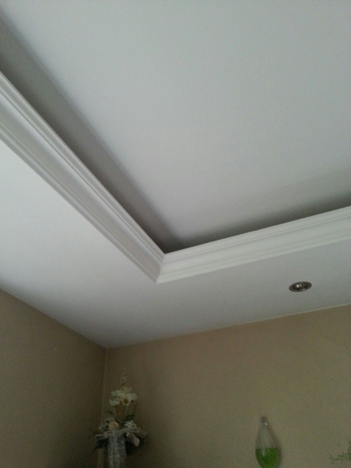 Abgehangte Decke Mit Indirekter Beleuchtung Und Strahlern Wohnzimmer Und Flure In 2020 Beleuchtung Wohnzimmer Decke