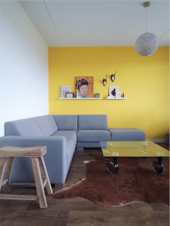 Gele wand in het huis van blogger Leonie Koenders   woonkamer ...