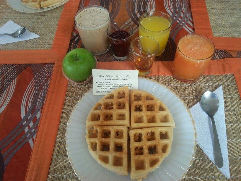 Waffles con mormiel, smothie de cafe y chocolate, acompañado de jugo y fruta. Muy saludable