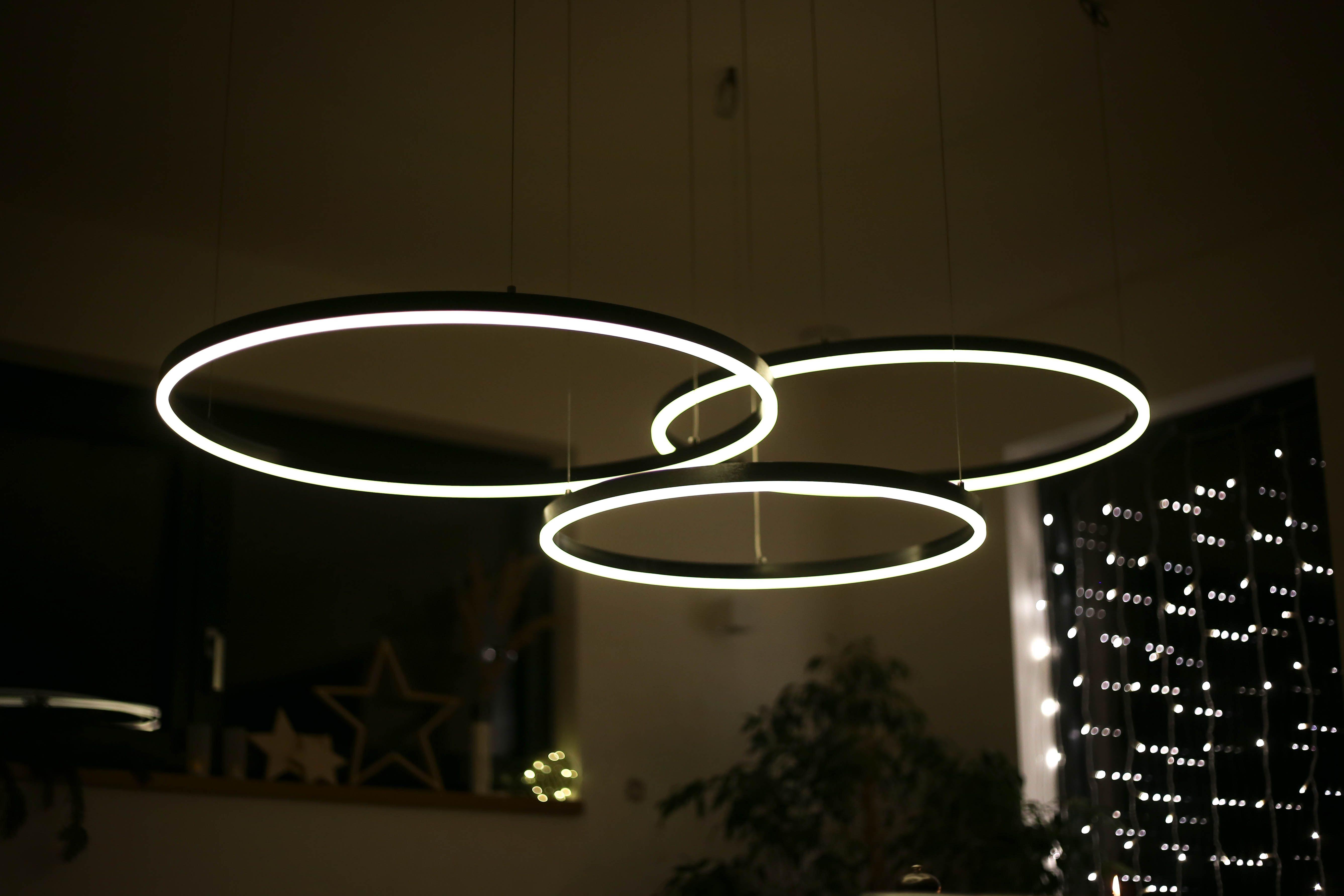Schlichtes Design Mit Den Led Ringleuchten Led Kleines Wohndesign Restauranteinrichtungen