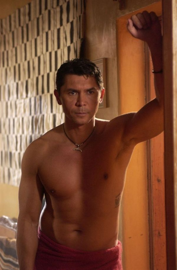 Der nicht religiös Wassermann ohne shirt, und mit atletische Körper am Strand