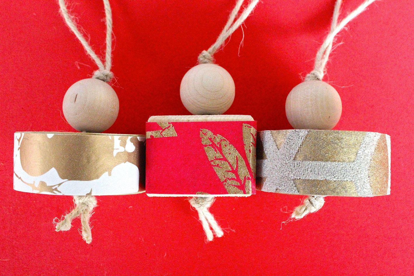 Tre decorazioni natalizie in legno e carta da parati con