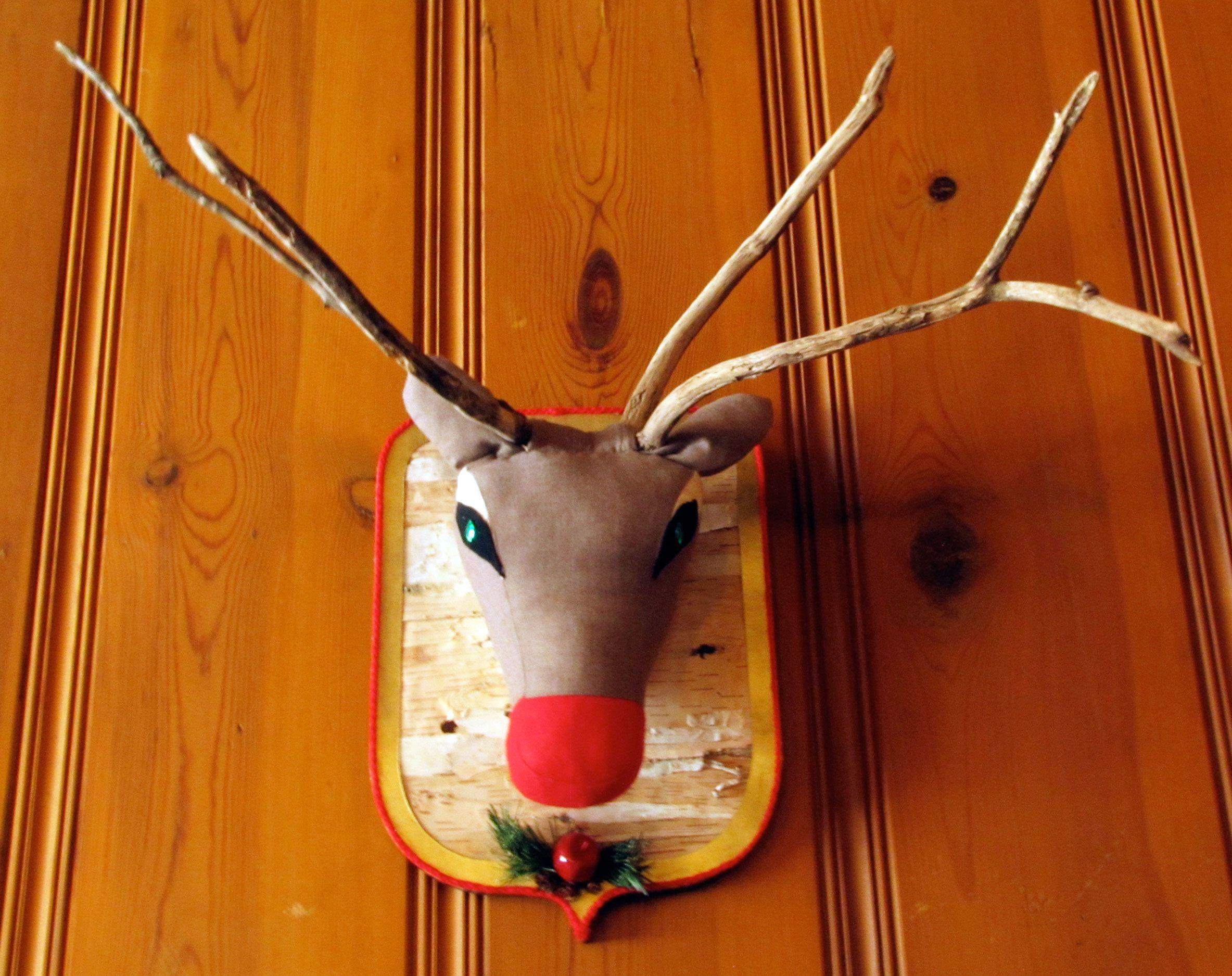 Renne de Noël fabriqué de retailles de tissu, de branches mortes et de débrouillardise.